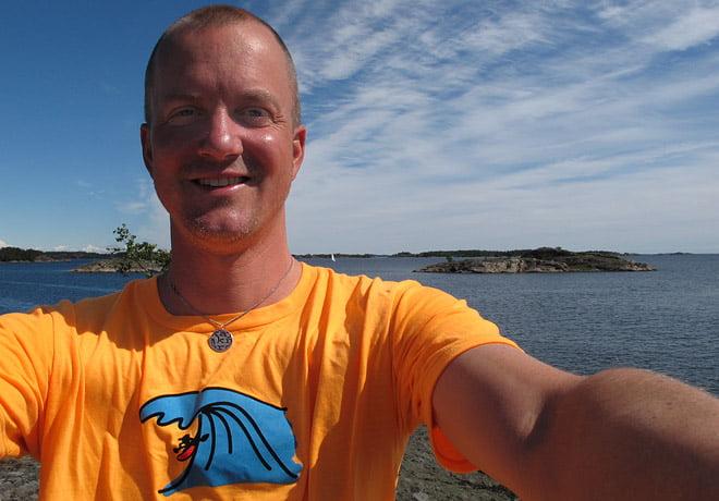 Erik tar självportätt på Smultronholmen. Ny lysande tshirt med Pias senaste surfgubbe.