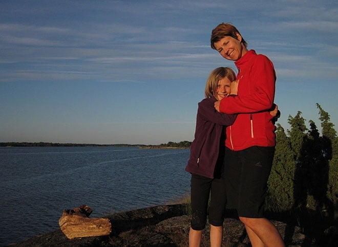 Mor och dotter myser på Fölsö