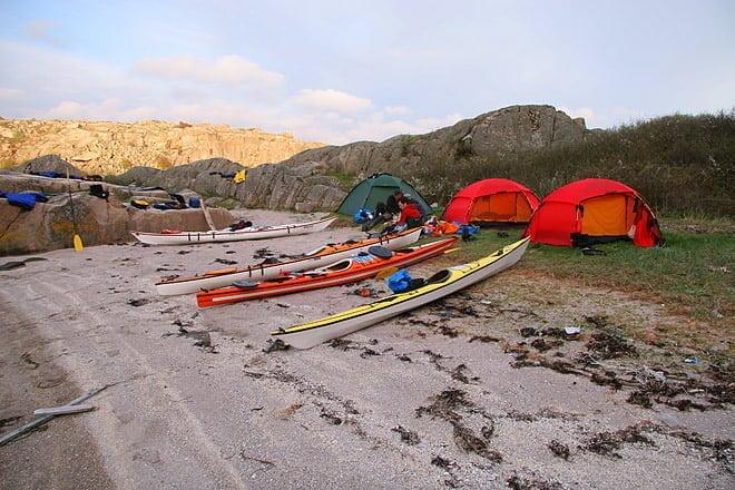 Finfin sandstrand på ena hållet. Bra badklippor mot sundet i öster