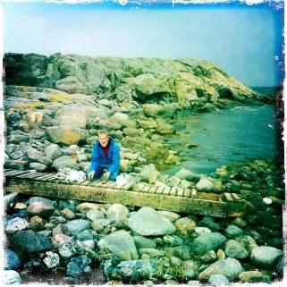 Johan fixar med kajakbryggan på Valö. Vågorna hade skickat upp den en bra bit på land