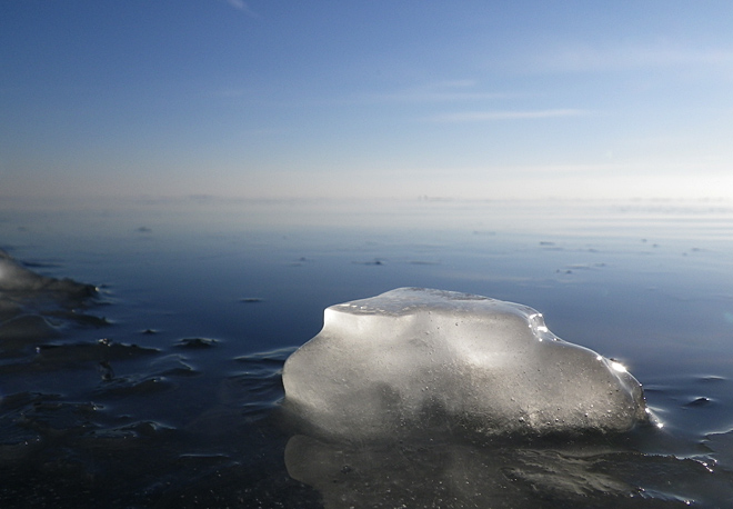 Små isflak som flyter omkring
