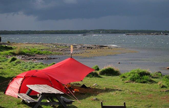 Tält & Tarp och aningen grått in över land. Ljungskär i mitten av maj