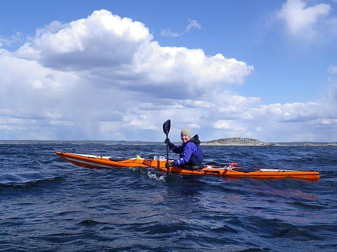 Pia paddlar på, i motvinden mot Saltholmen