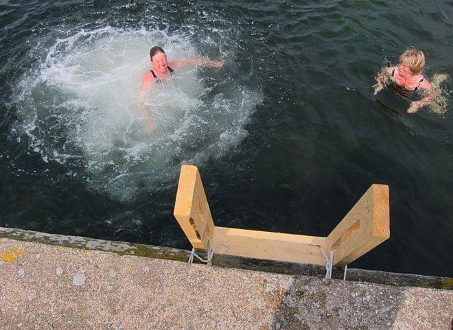 Pia och Barbro inviger nya badstegen vid Hultet