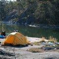 Tältplats en bit in i den östra viken, mellan Österudd och Flisö