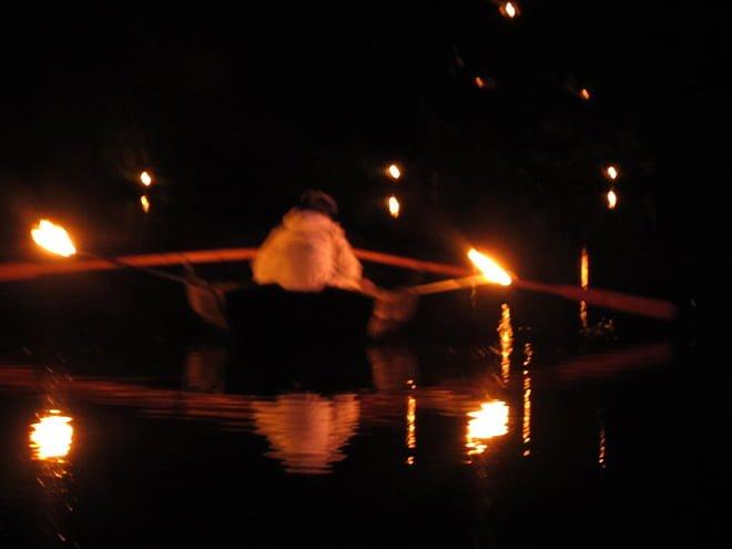 Roddbåt med facklor