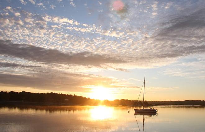 Go lördagsmorgon, solen på väg upp inmot Järnavik