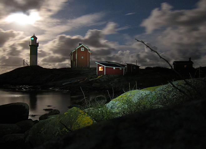 Fullmånen och lite pannlampsljus lyser upp
