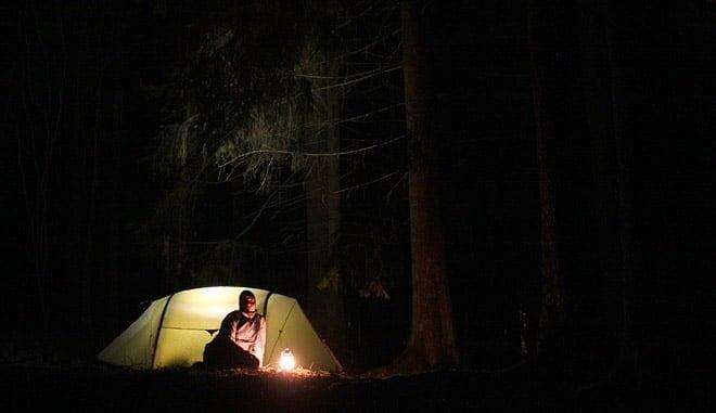 Tältmys utanför tältet