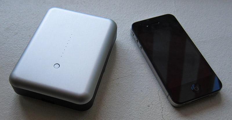 JustMobile Gum Max med en iPhone 4 bredvid