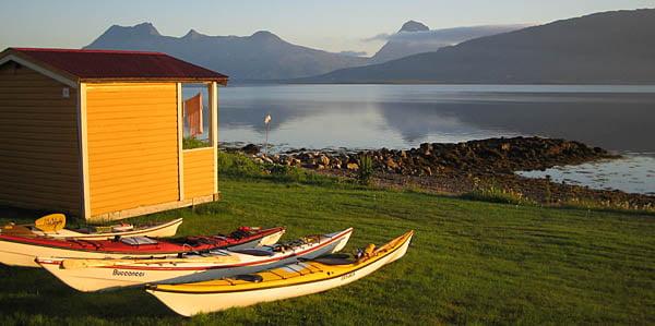 Stuga på Nesna Camping, lagom långt till vattnet. Tomma i bakgrunden