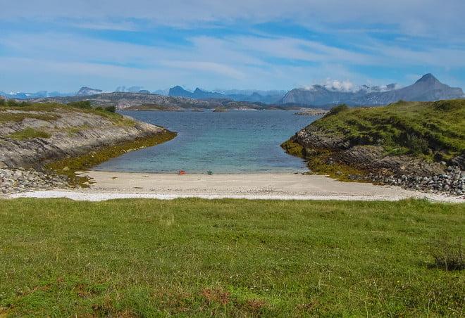 Finfin strand och tältplats vid Kleiva på Sundøyas norra ände