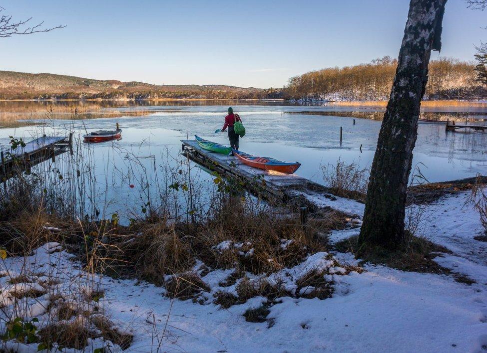 Lite vitt och lite tunn is som börjar lägga sig i båtviken