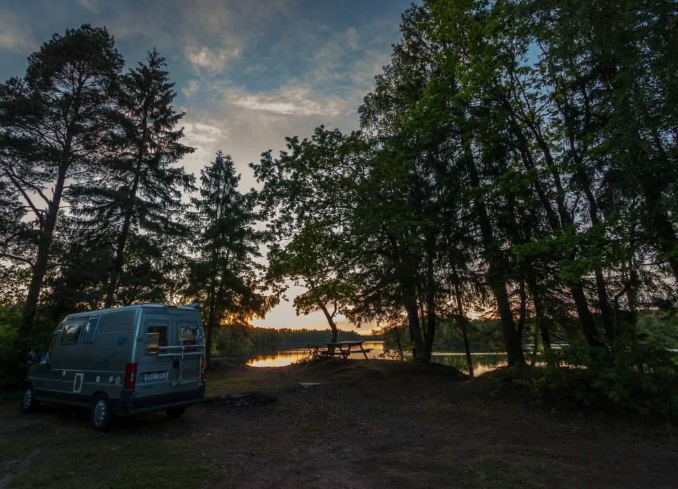 En sjönära kväll i solnedgången vid Hjörneredssjön i södra Halland