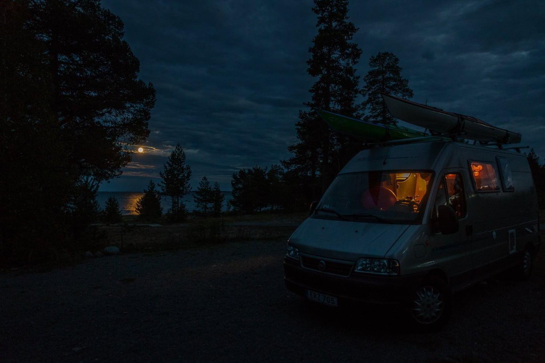 Måne och kvällshäng på Seskarö vid Haparanda