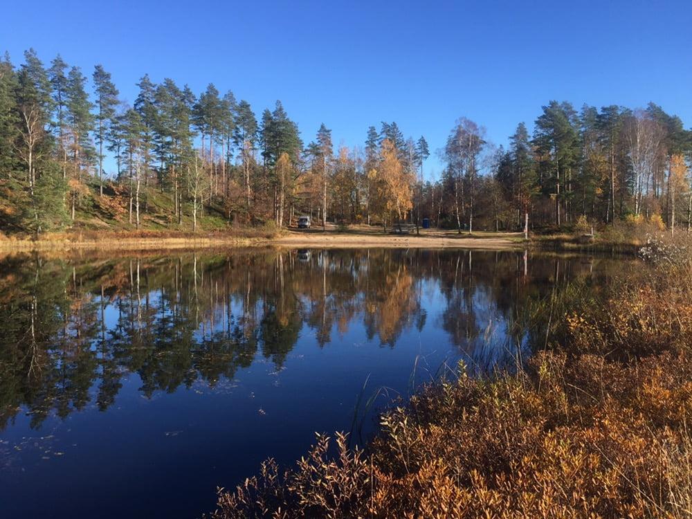 Promenad i utkanten av Lidhult. Fin kort promenadslinga längs mysig sjö.