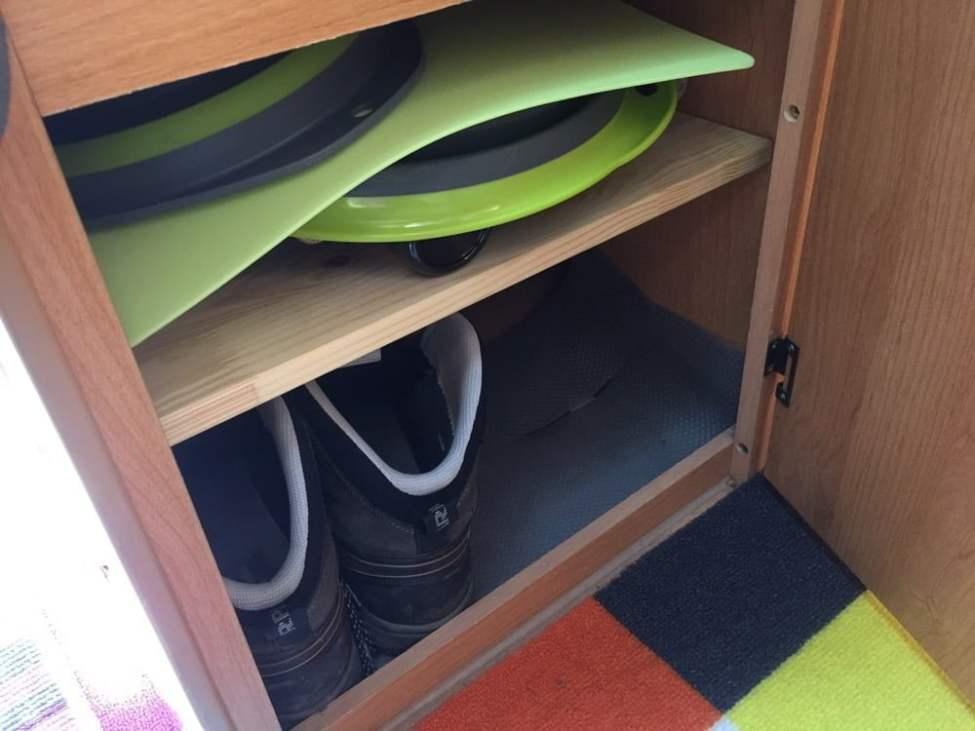 """Ett hyllplan till i """"köket"""" eller under köksdelen i alla fall :)"""