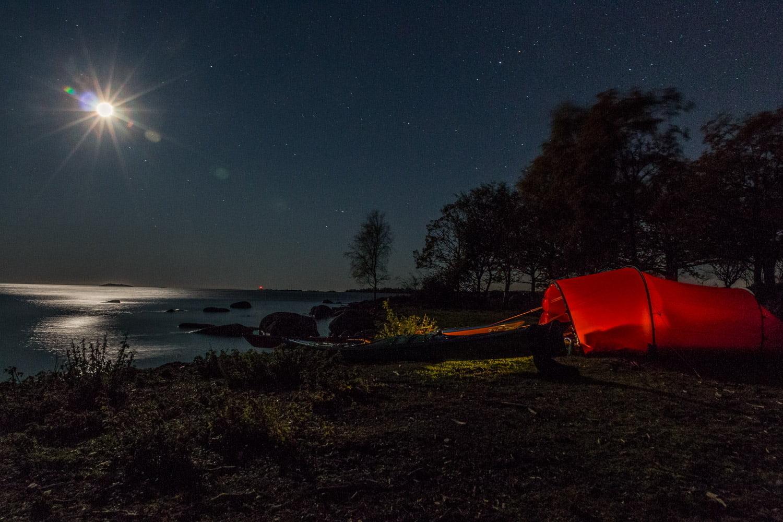 Här har vi själva lagt till lite ljusförorening med lampa i tältet, fast lätt att släcka. Långt bort syns en röd ljusförorening från en fyr