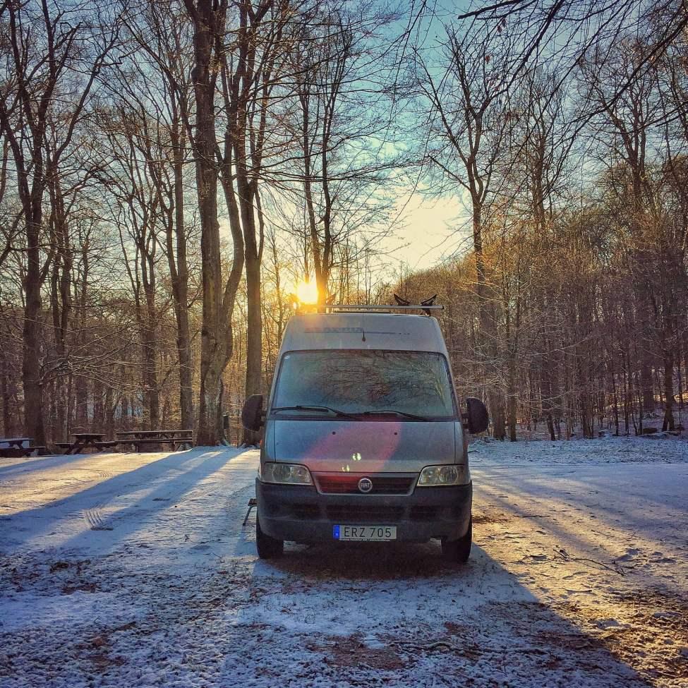Stugbil och vintrigt i bokskogen