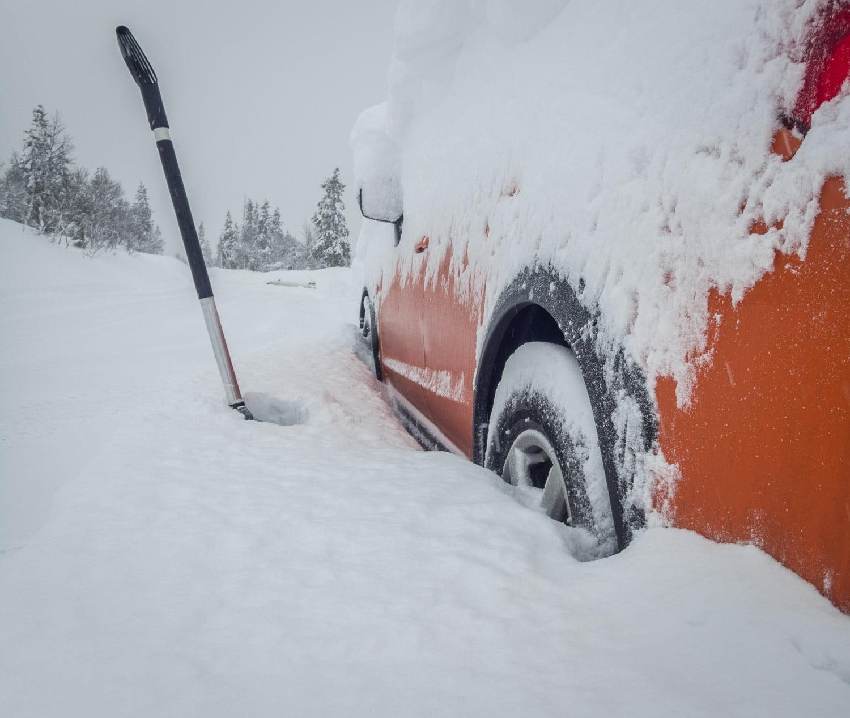 Bilen försvann in i en snödriva efter ett par dagar