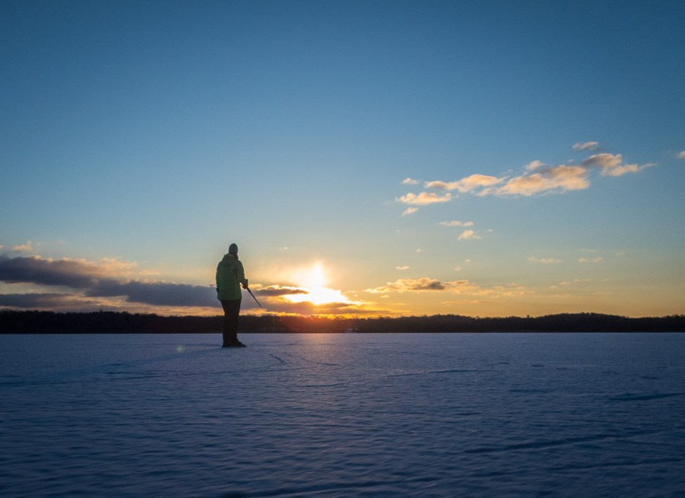 Gott med skridsko i solnedgångsljuset