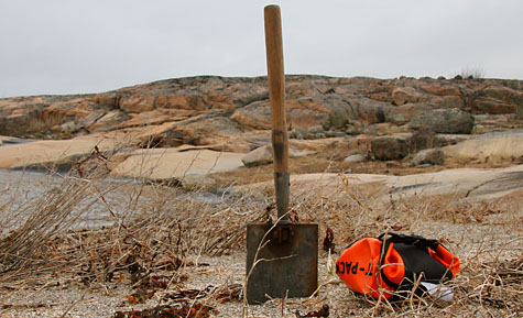 """För """"storskitaren"""": stooor spade som gör stora hål kvickt! Helt vattentät toapappershållare från Ortlieb gör att man kan sitta ute timmavis i ösregn utan att riskera blött toapapper."""