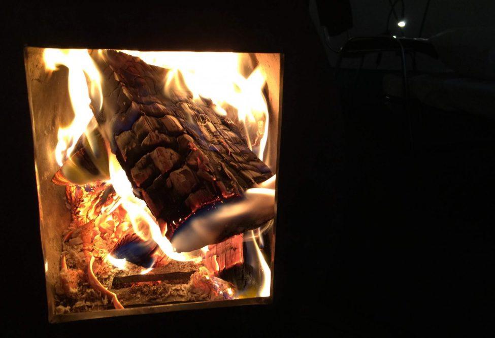 Brinner finfint i de långsmala kaminerna