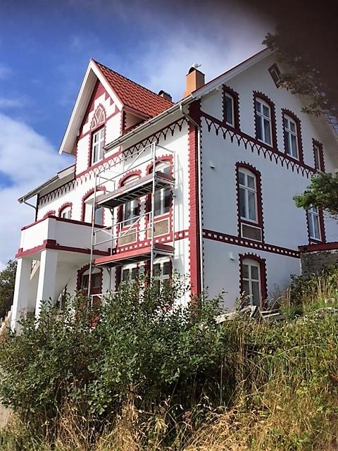 Huset på Bjørnsund sett fra hagen nedenfor.