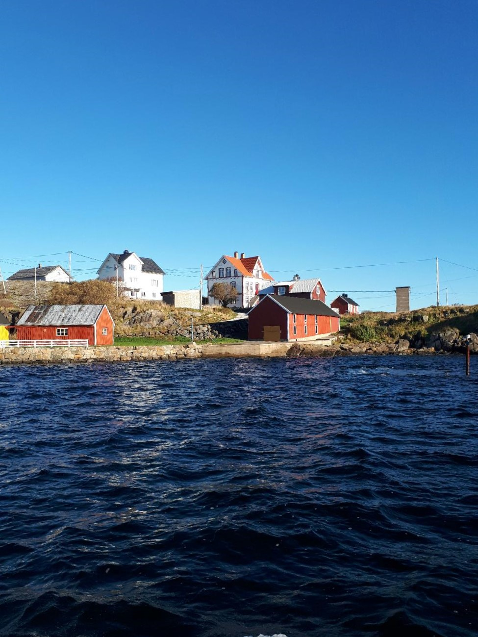 Hus på Bjørnsund sett fra båten.