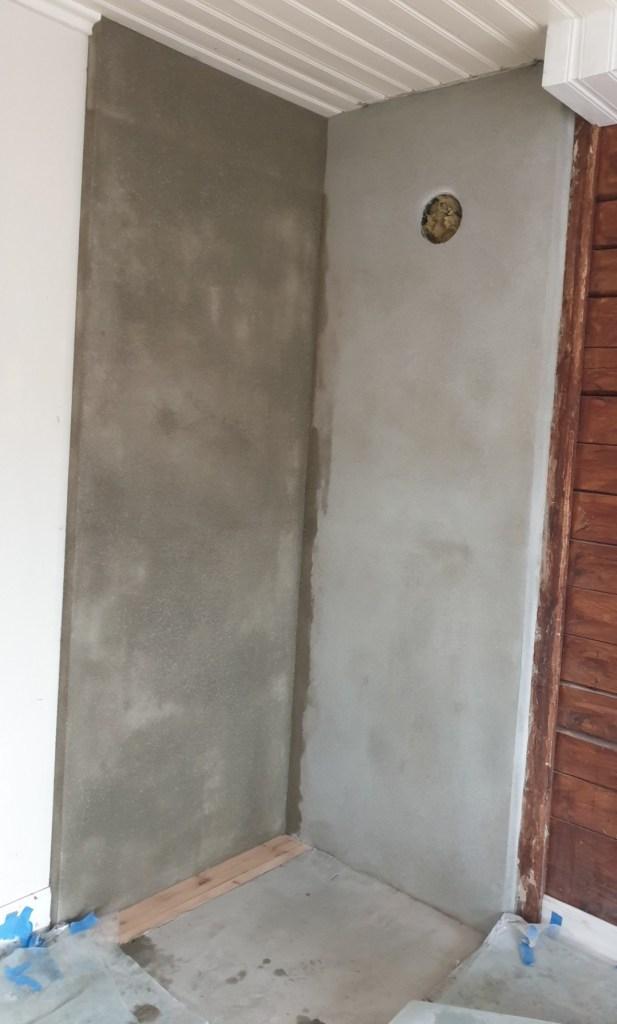 Her er den gamle ovnen fjernet og vegger og gulv sparklet.