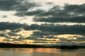 Auringonlasku avomeren laidalla
