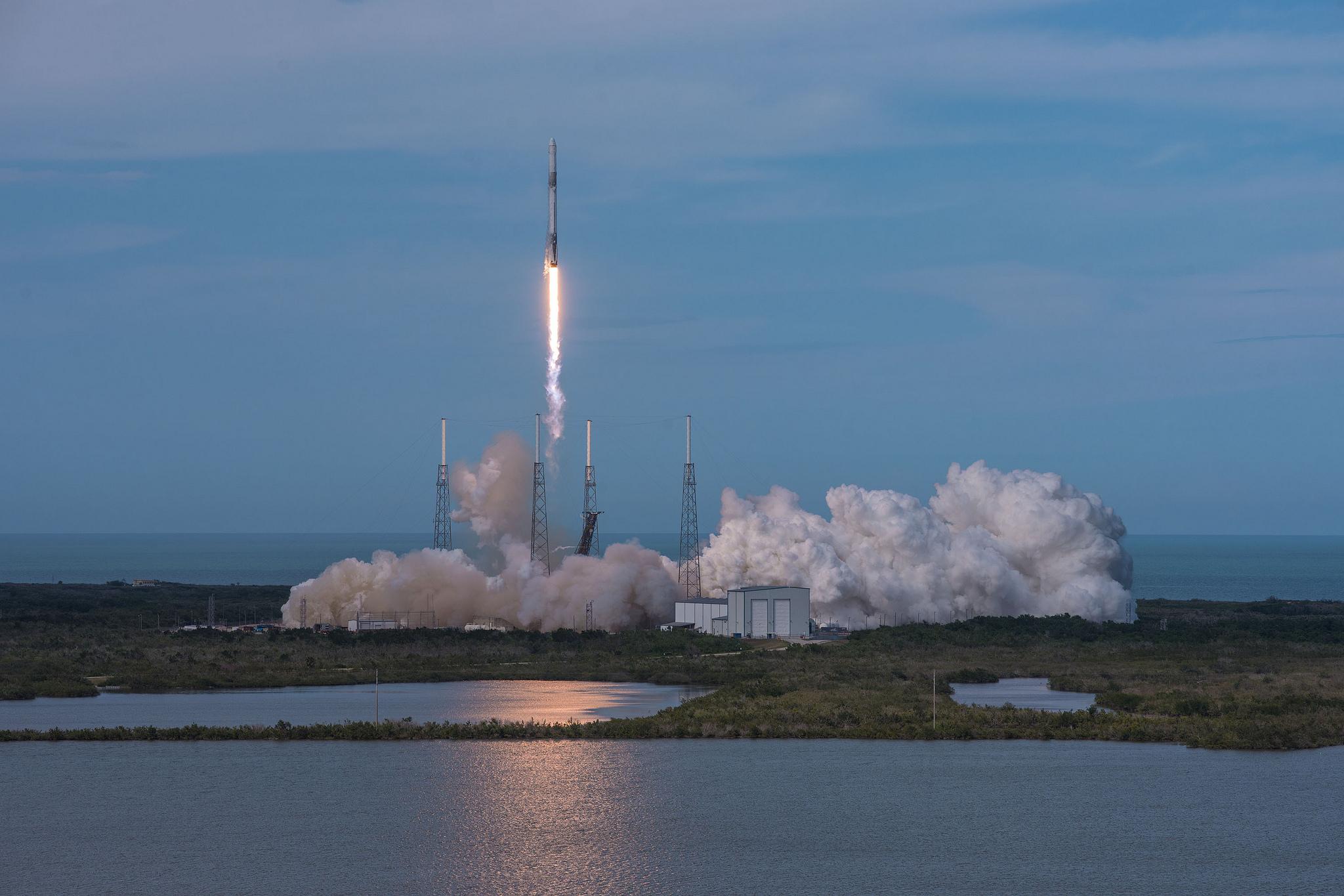 Тази нощ SpaceX успешно изстреля космическия товарен кораб Dragon с