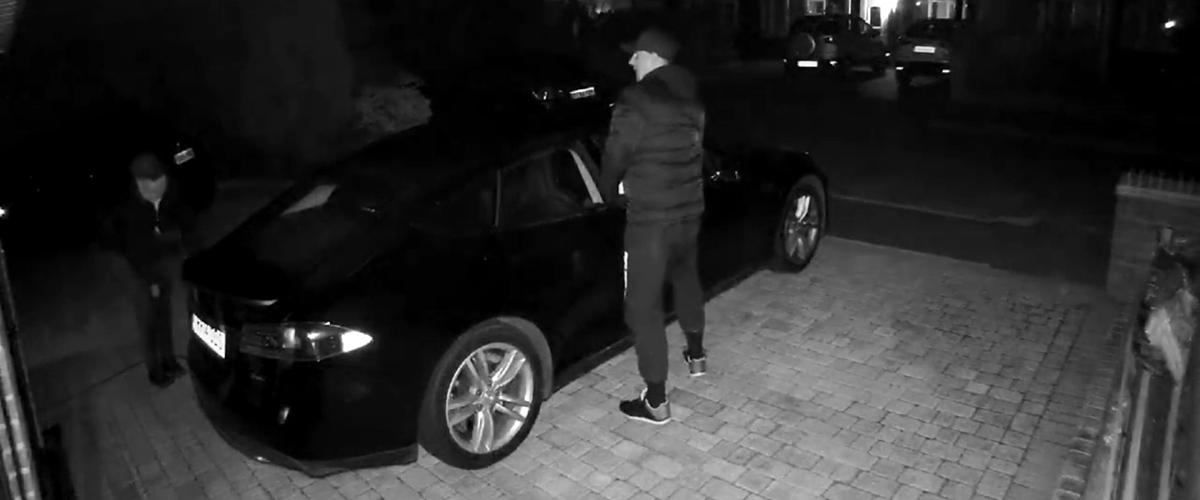 Крадци отключиха и подкараха Tesla, нo се затрудниха със зарядното