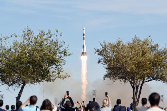Изстреляният преди няколко часа към МКС космически кораб Союз МС-10