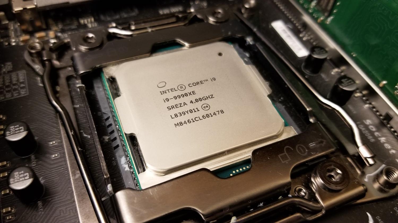 Снимка: Въздушните охладители не могат да се справят с Intel Core i9-9990XE