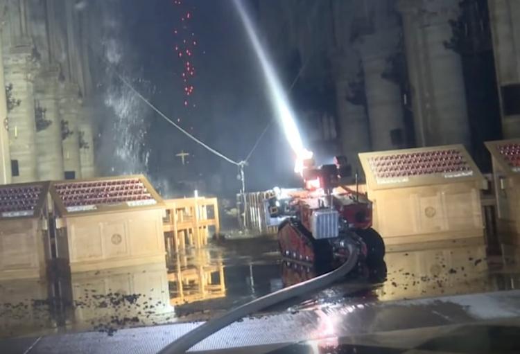 Снимка: Дронове и роботът Колос са помагали в спасението на катедралата Нотр Дам
