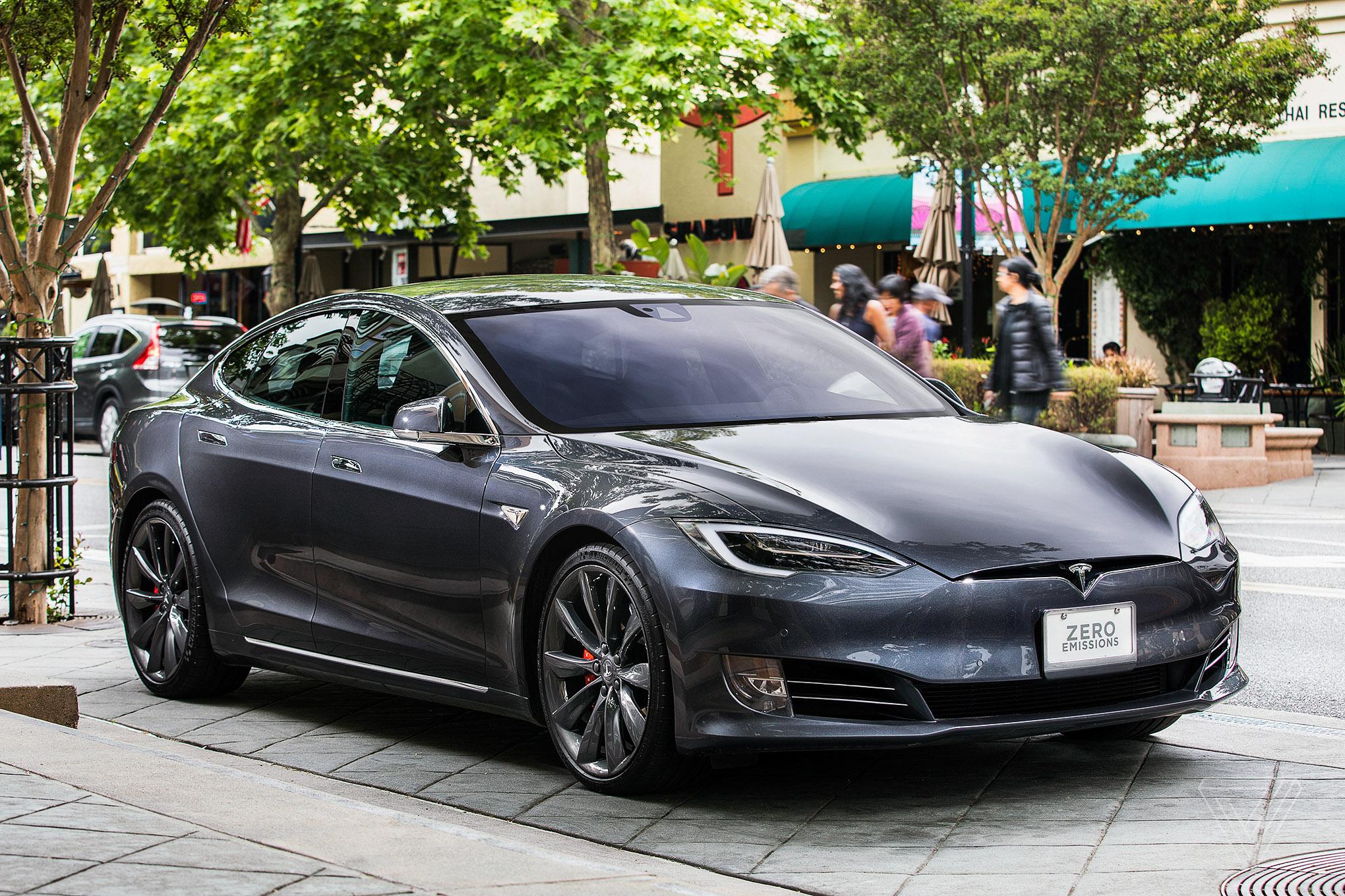 Tesla започна безжичното разпространяване на ново обновяване на фърмуера на