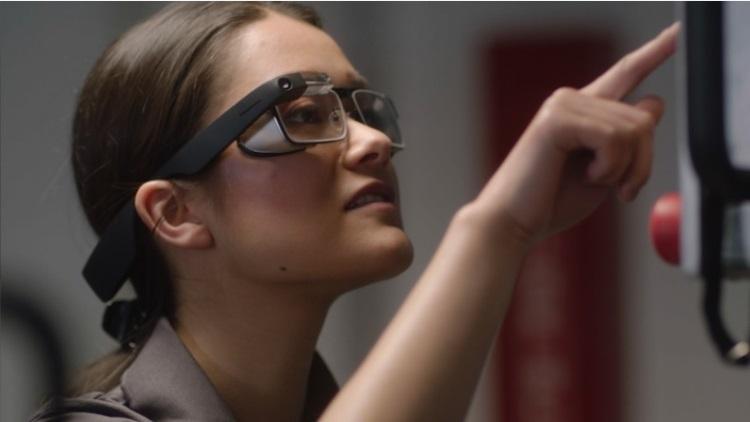Google представи новата версия на своите смарт очила, който носи