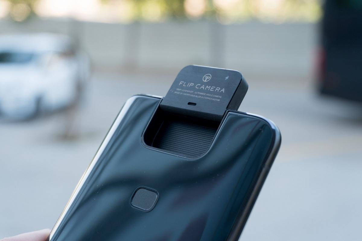 ASUS официално представи своя нов флагмански смартфон ZenFone 6. Телефонът