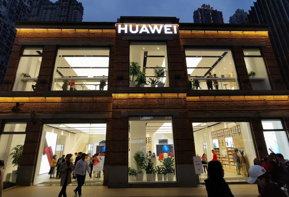 Американското правителство временно смекчи търговските ограничения срещу Huawei, въведени миналата