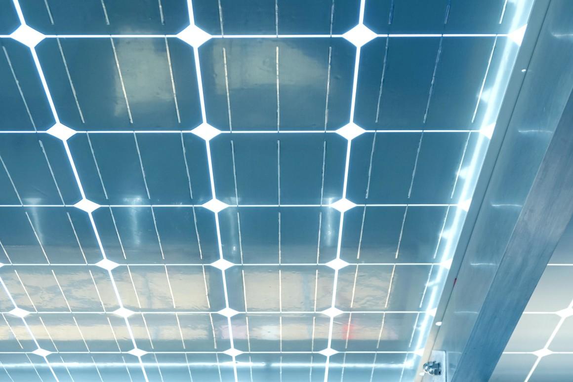 Представиха прозрачни слънчеви панели от силиций, които заменят стъклата в прозорците