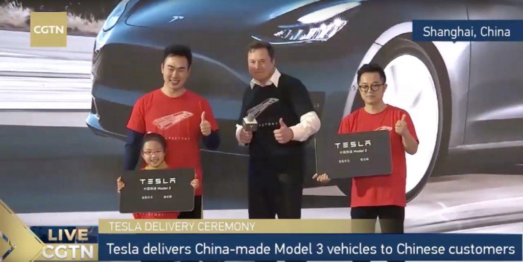 След церемонията по връчването на първите електромобили на Tesla, произведени