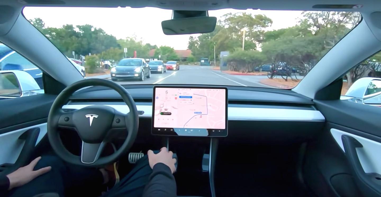 Tesla започна да разпространява обновяването, активиращо пълния автопилот