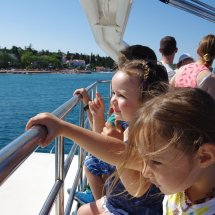 Enfants sur bateau en Croatie