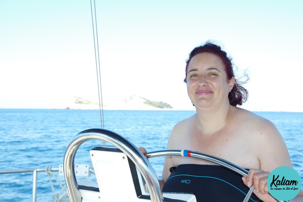 Jess au volant euhhh à la barre