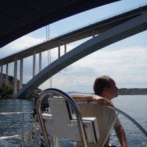 Avec le voilier sous un pont
