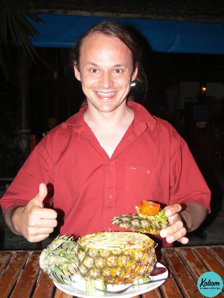 Spécialité Thaïlandaise, riz, omelettes et bout d'ananas servis dans un ananas!