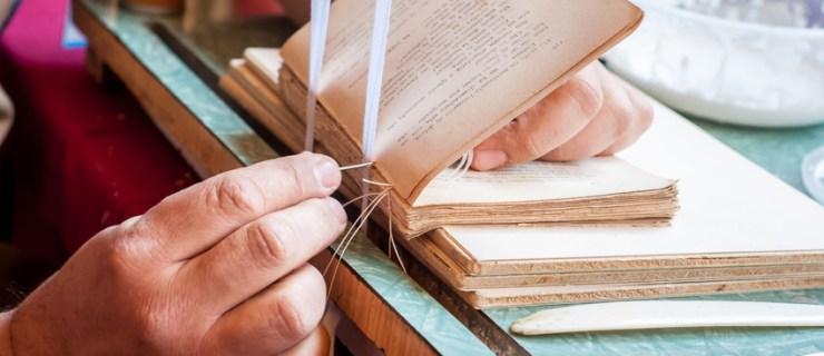 Relier un livre, la finition dos carré collé