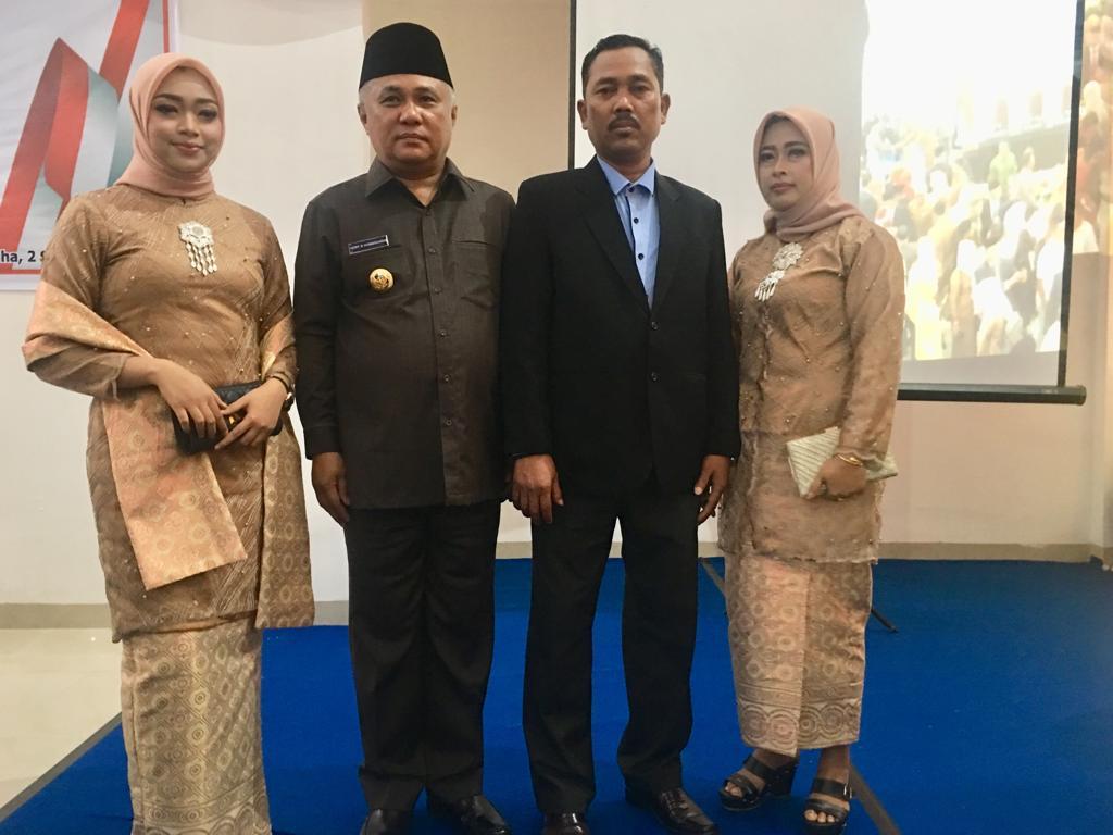 Ketgam : Foto bersama dengan Bupati Konawe Kery Saiful Konggoasa bersama kedua orang tua Susi Sri Hartinah