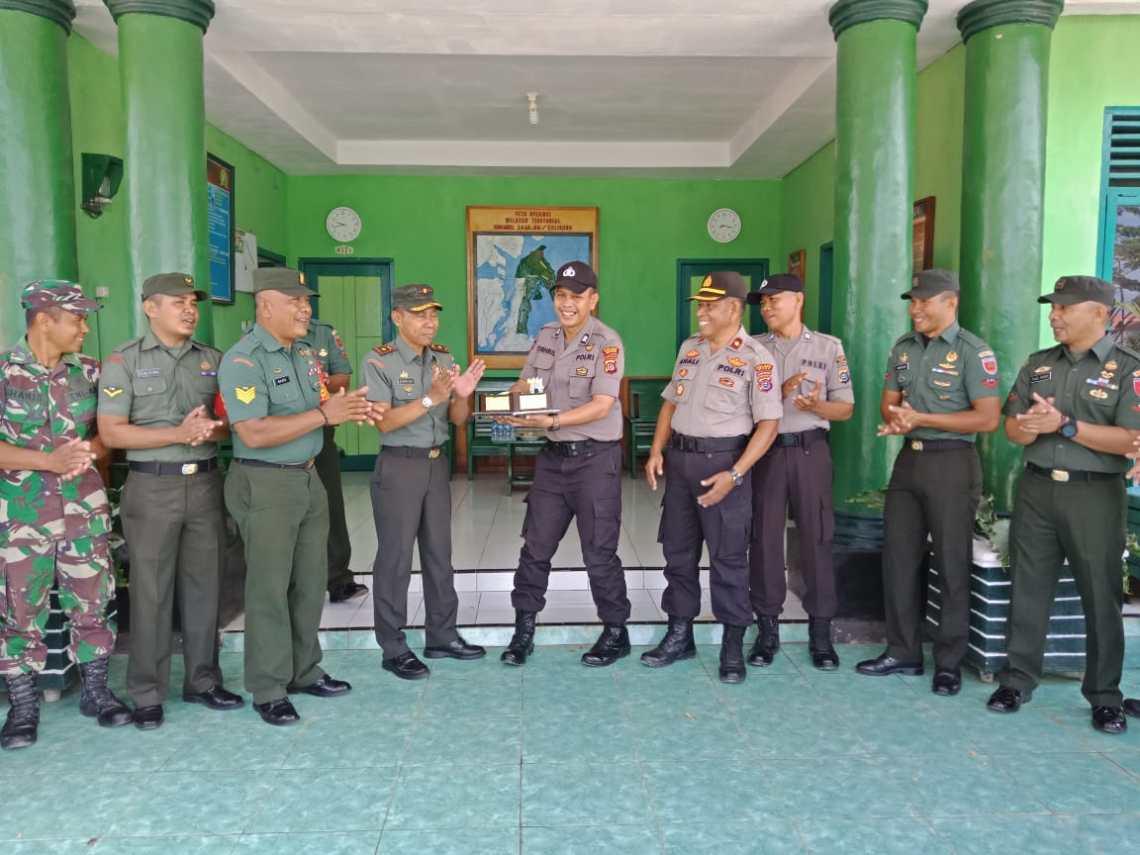 Ketgam: Kejutan Di Hari Ulang Tahun TNI ke-74 di Kantor Koramil Kulisusu Bersama Polsek Kulisusu (Foto Istimewa).